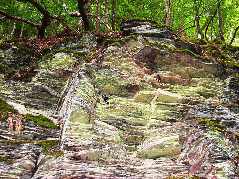 An dieser Stelle steht ein Bild mit dem Titel: MIllionen Jahre Erdgeschichte offenbart dieser geologische Aufschluss auf einen Blick (Foto: H.-J. Schneider)