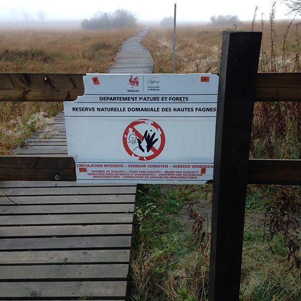 Ein Schild mit der Aufschrift: Wegsperrung des Weges entlang der Hill (Foto: H.-J. Schneider)