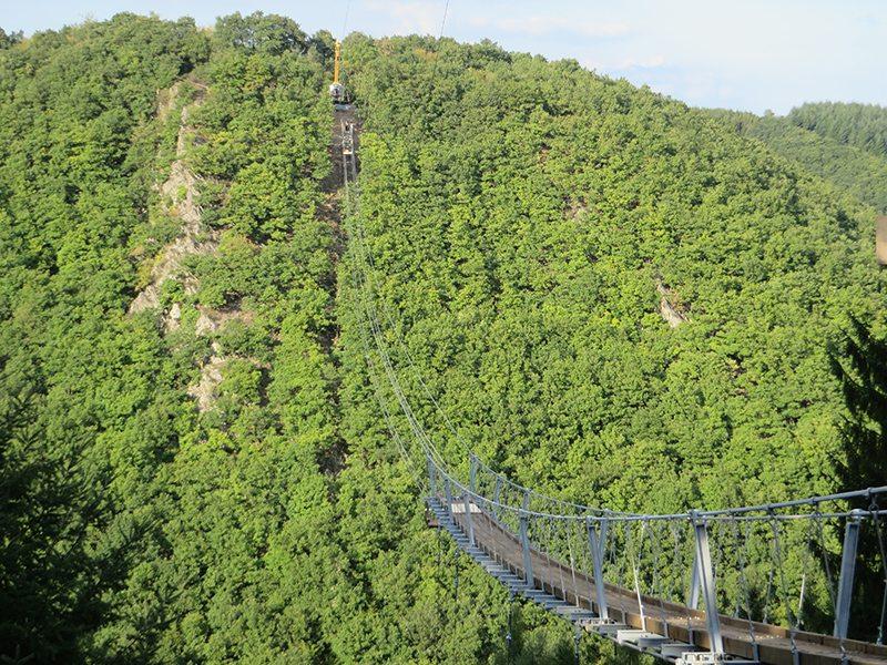 Hier steht ein Bild mit dem Titel: Noch nicht ganz fertig, aber kitzelt schon an den Nerven – die Geierlay-Brücke