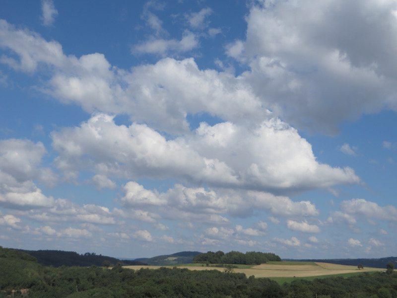 Hier steht ein Bild mit dem Titel: Wunderbare Wolkenbilder bei ansonst strahlend blauem Himmel (Foto: Hans-Joachim Schneider)