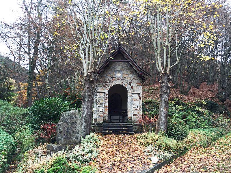 Hier steht ein Bild mit dem Titel: Kapelle am Ortsrand von Steinbergsmühle, Schutz gegen das Unbehauste, Wilde draußen im Wald? (Foto: Hans-Joachim Schneider)