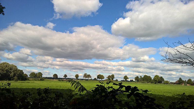 Hier steht ein Bild mit dem Titel: Wolken beim Wandern, können wir besser, haben wir selbst (Foto: Britta Verhaag)