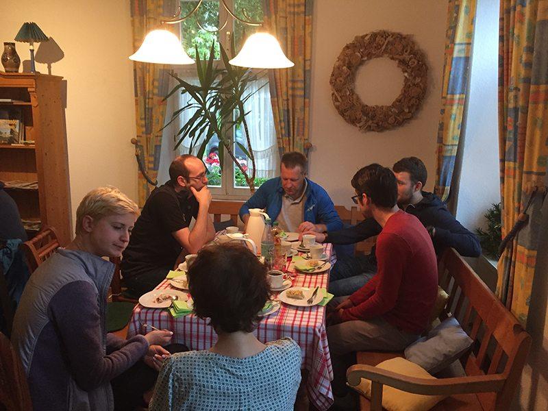 Hier steht ein Foto mit dem Titel: Kaffee und Kuchen schweißen die Truppe zusammen (Foto: Hans-Joachim Schneider)