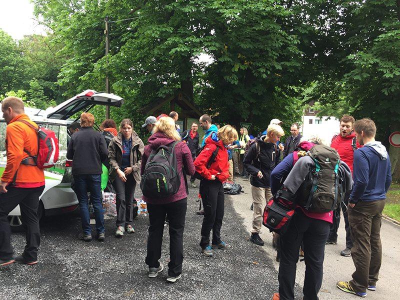 Hier steht ein Bild mit dem Titel: Die Truppe sammelt sich. Der eine oder andere gähnt noch (Foto: Hans-Joachim Schneider)