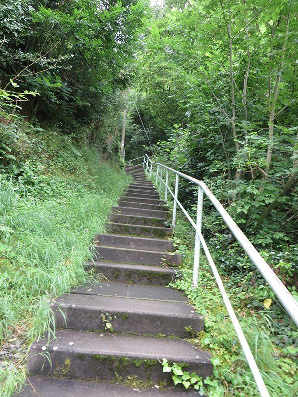 Hier steht ein Bild mit dem Titel: Langer Anstieg über Treppen (Foto: Hans-Joachim Schneider)