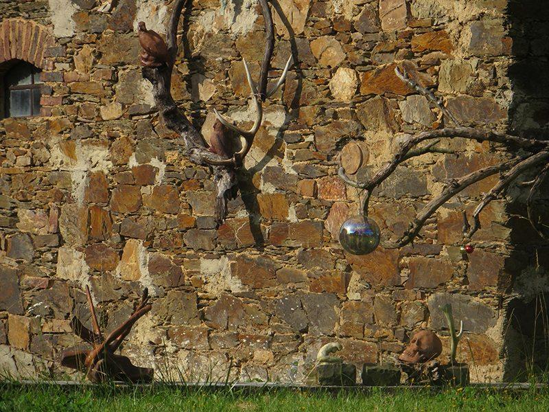 Hier steht ein Bild mit dem Titel: Nochmehr Kunst am Bau(ernhaus) auf dem Weg zum Murscher Eselsche (Foto: Hans-Joachim Schneider)