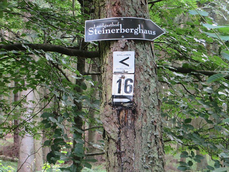 Hier steht ein Bild mit dem Titel: Wegmarkierung am erwähnten Abzweig, nur die Richtung Walporzheim fehlt (Foto: Hans-Joachim Schneider)