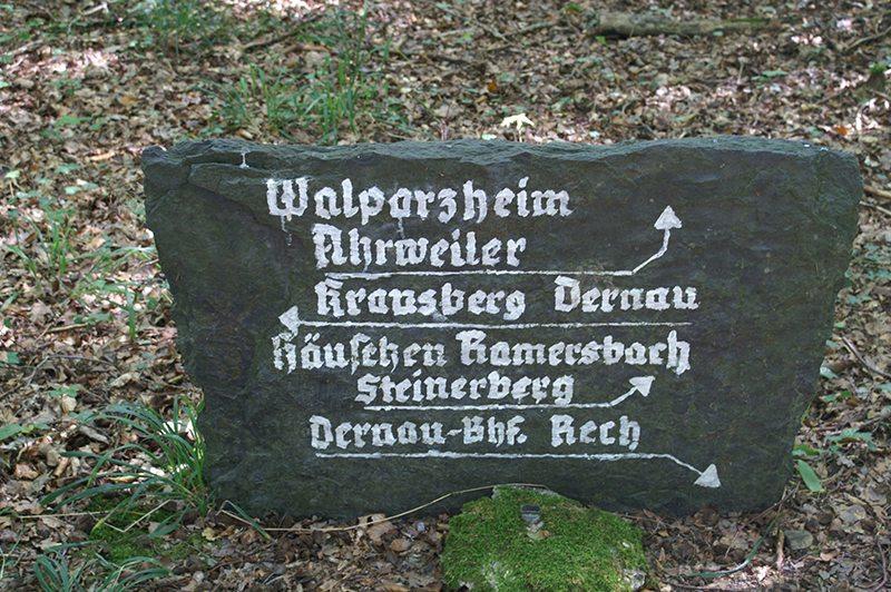 Hier steht ein Bild mit dem Titel: »Altmodischer« Wegweiser am Dernauer Platz (Foto: Hans-Joachim Schneider)