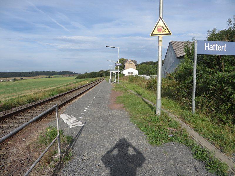 HIer steht ein Bild mit dem Titel: Haltepunkt Hattert: Start zur Suche nach dem Weltende (Foto: Hans-Joachim Schneider)