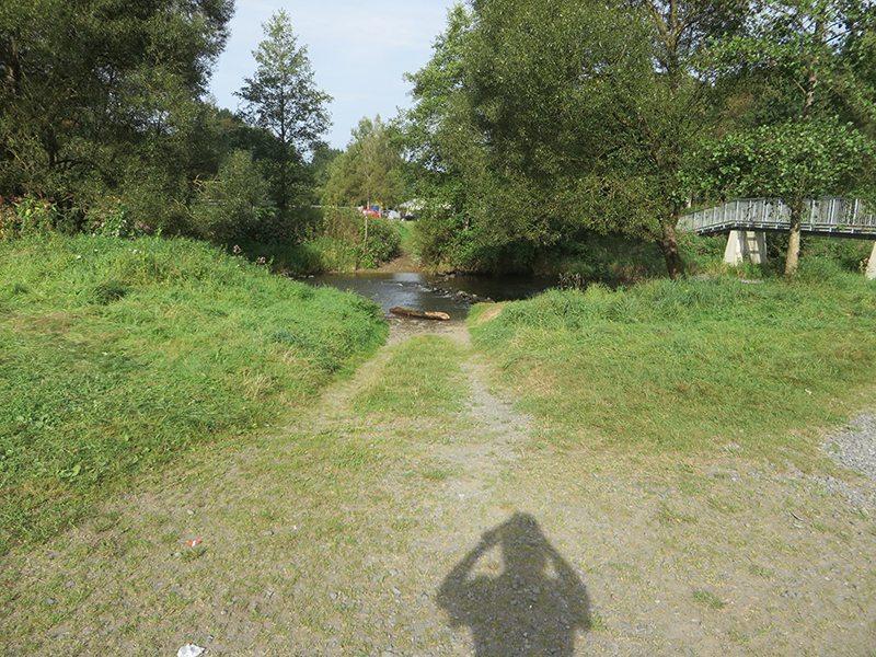 Hier steht ein Bild mit dem Titel: Schattenselfie am Westerwaldsteig. Der Beweis, dass ich da war (Foto: Hans-Joachim Schneider)