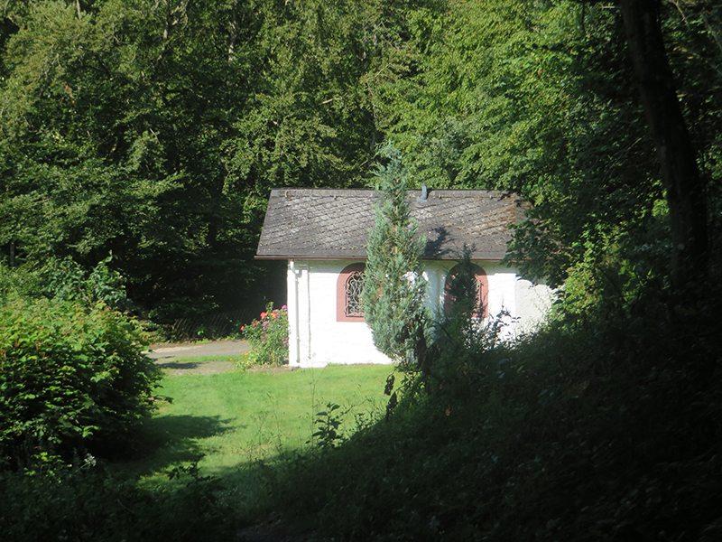 Hier steht ein Bild mit dem Titel: Die kleine Kapelle auf dem Gelände der Baunhöller Mühle (Foto: Hans-Joachim Schneider)
