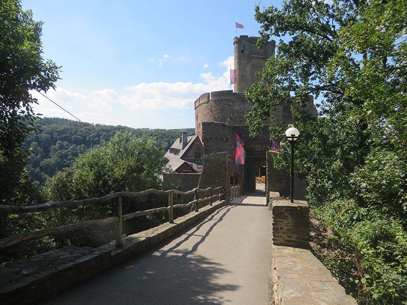 Hier steht ein Bild mit dem Titel: Nach anstrendem Aufstieg stehe ich vor der imposanten Ehrenburg (Foto: Hans-Joachim Schneider)