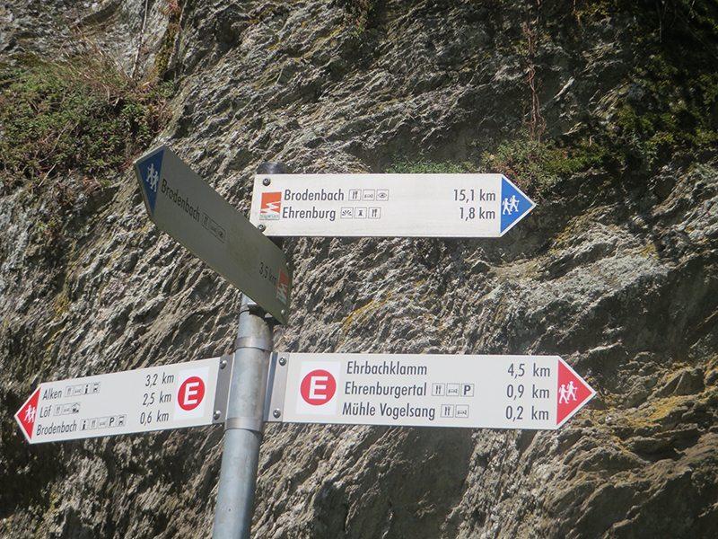 Hier steht ein Bild mit dem Titel: An diesem Punkt heißt es sich zu entscheiden: 15,1 km, 3.5 km oder 0,6 km bis Brodenbach. Diese Entscheidung fällt mir leicht (Foto: Hans-Joachim Schneider)