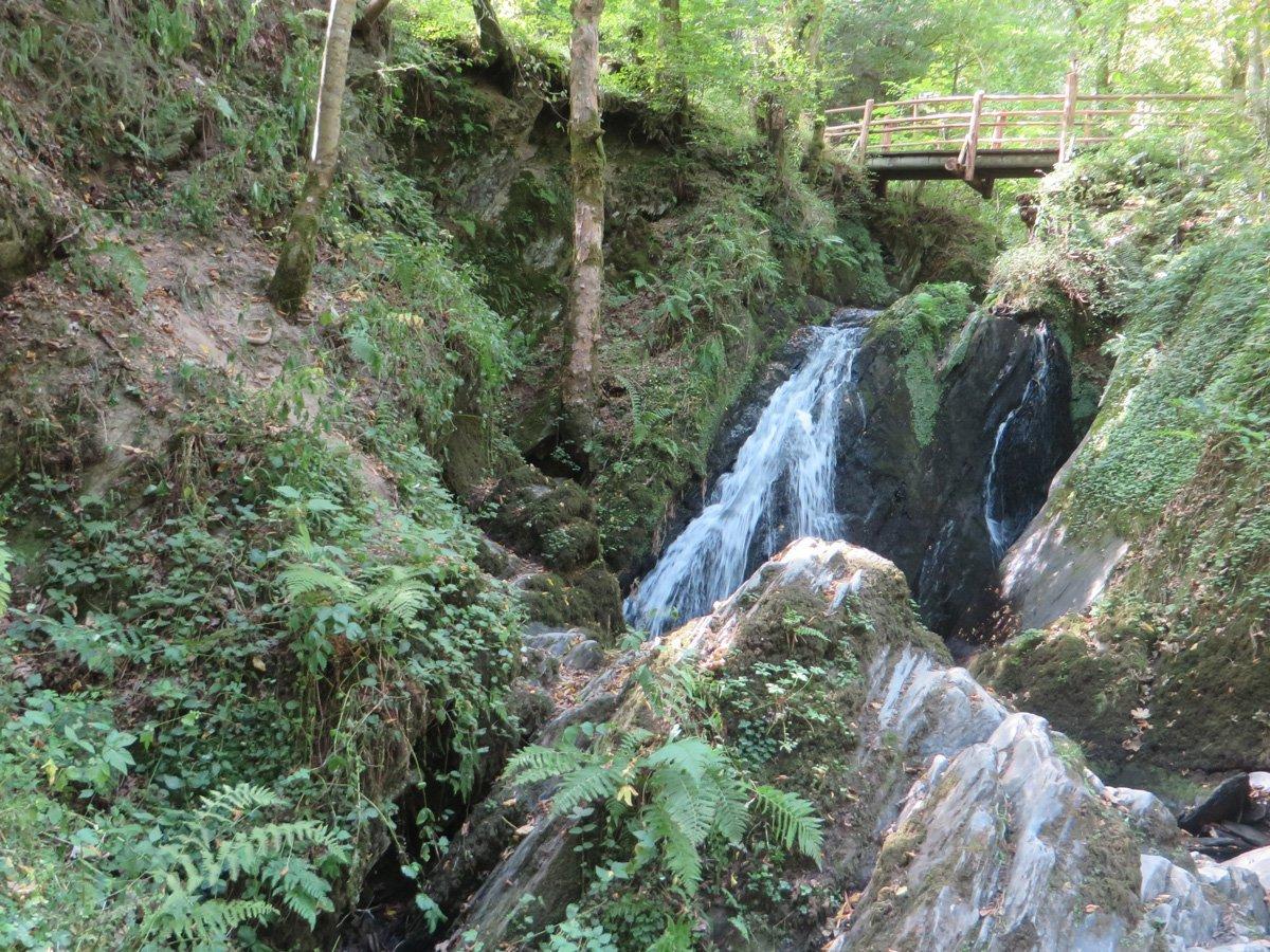 Ein Wasserfall unter einer Holzbrücke: Hier beginnt der Teil der Wilden Endert