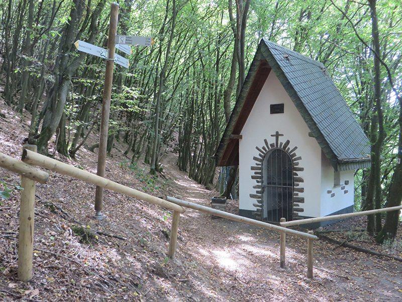 Hier steht ein Bild mit dem Titel: Ist es die kleine Kapelle, die den Wald verzaubert (Foto: Hans-Joachim Schneider)