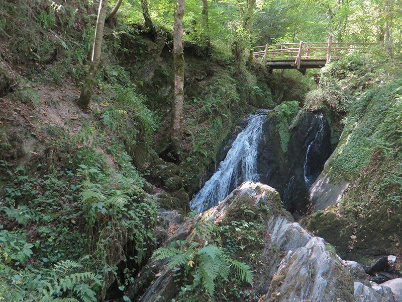 Hier steht ein Bild mit dem Titel: Eindrücklich auch bei wenig Wasser: der Wasserall der Wilden Endert