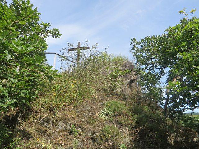 Hier steht ein Bild mit dem Text: Nach einer kurzen Rast am Schwarzen Kreuz geht es weiter bergab Richtung Ahrufer (Foto: Hans-Joachim Schneider)