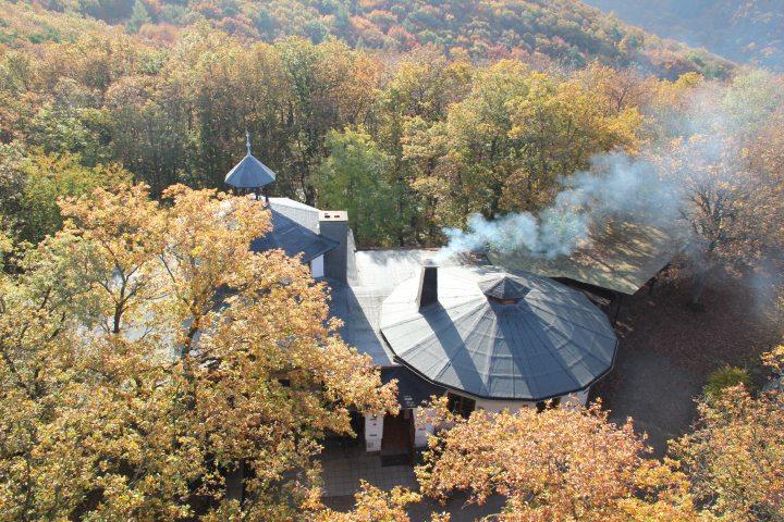Hier steht ein Bild mit dem Titel: Wenn der Schornstein qualmt, ist die Krausberghütte geöffnet (Foto: Hans-Joachim Schneider)