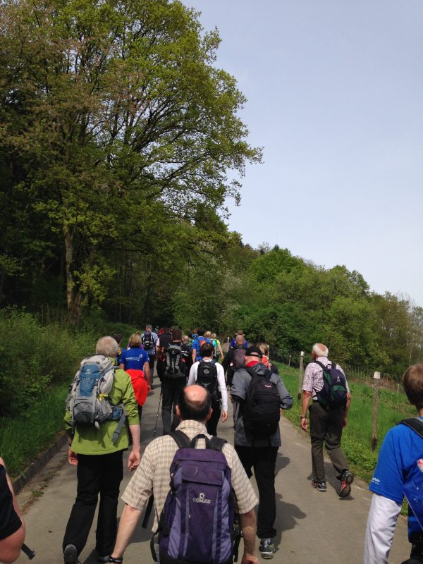 24-Stunden-Wanderung, Wandermarathon, Start im Morgengrauen, Menschen, Wanderer, Sonne, Wandergruppe,