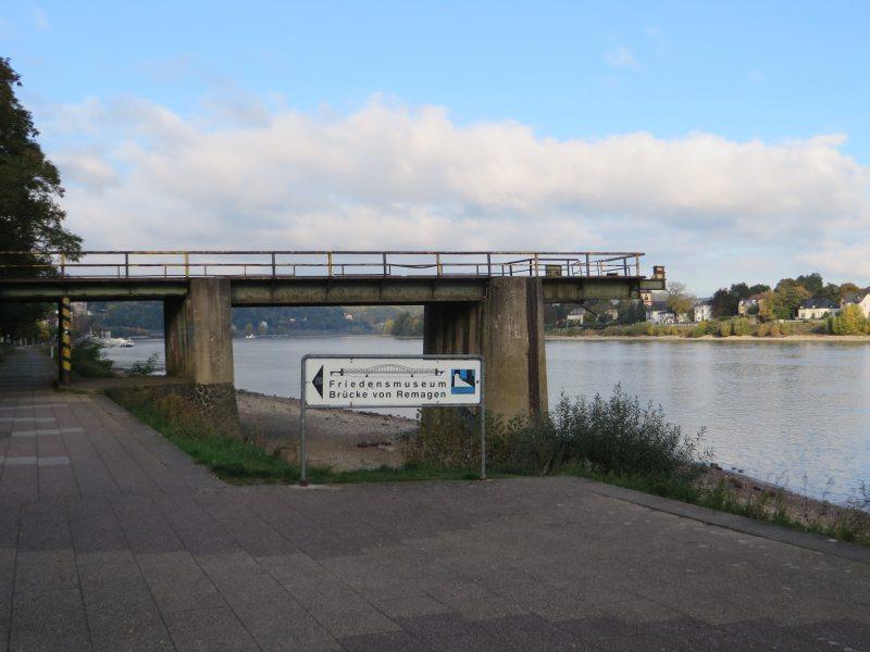 Die ehemalige Brückenrampe auf Remagener Seite ist neben den beiden Brückeköpfen das einzige Überbleibsel, das an die Ludendorff-Brücke erinnert.