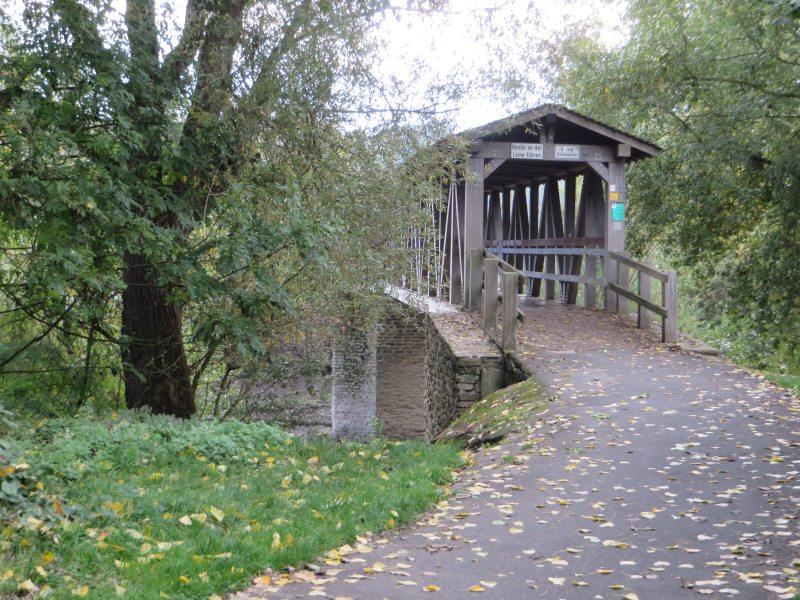 Die überdachte Holzbrücke über die Ahrmündung signalisiert für mich den Beginn des AhrSteigs (Foto: Hans-Joachim Schneider)