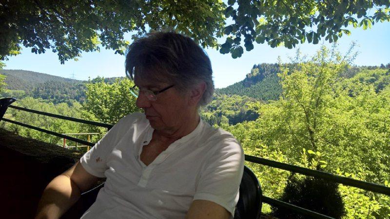 Begeistert vom Römerpfad und dem Butzerbachtal beschließen wir die Wanderung im Biergarten auf Burg Ramstein.