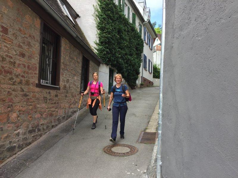 Weinheim, Gasse, Wanderer,