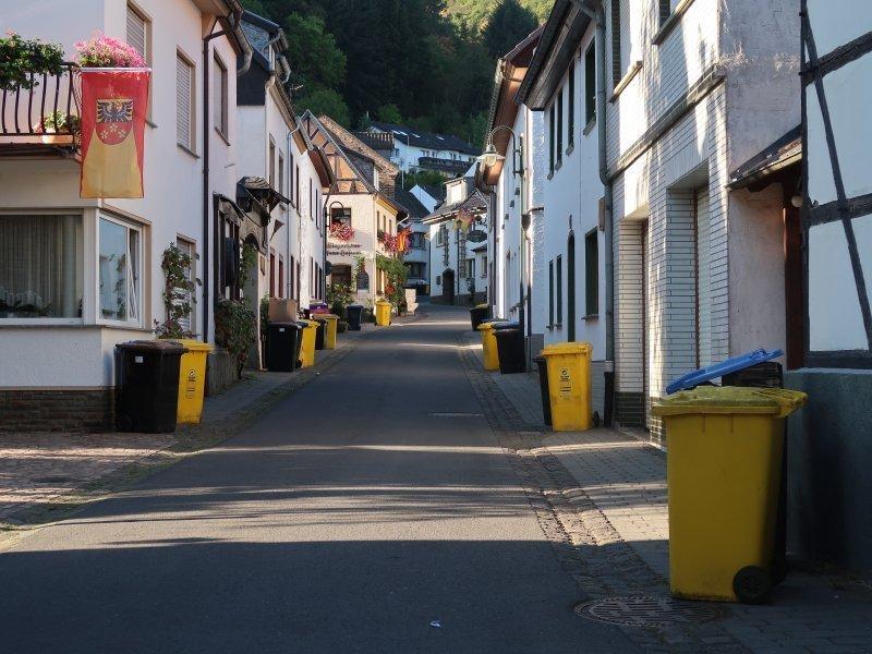 Ahrtal, Weindorf Rech, Mülltonnen, sauber, Straße, Sonne, weiße Häuser