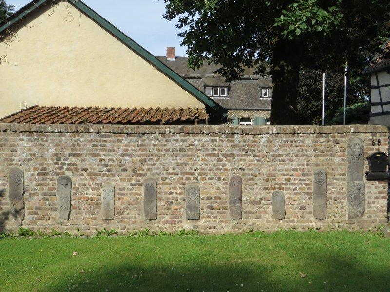 Mauer, Steine, Grenzsteine, Försterei Schönwaldhaus zu Beginn der Frühaufsteherwanderung im Kottenforst