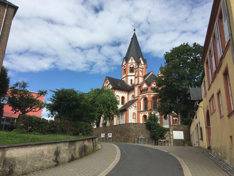 Über die Straße am Zehnthof erreichen wir die Basilika St. Peter