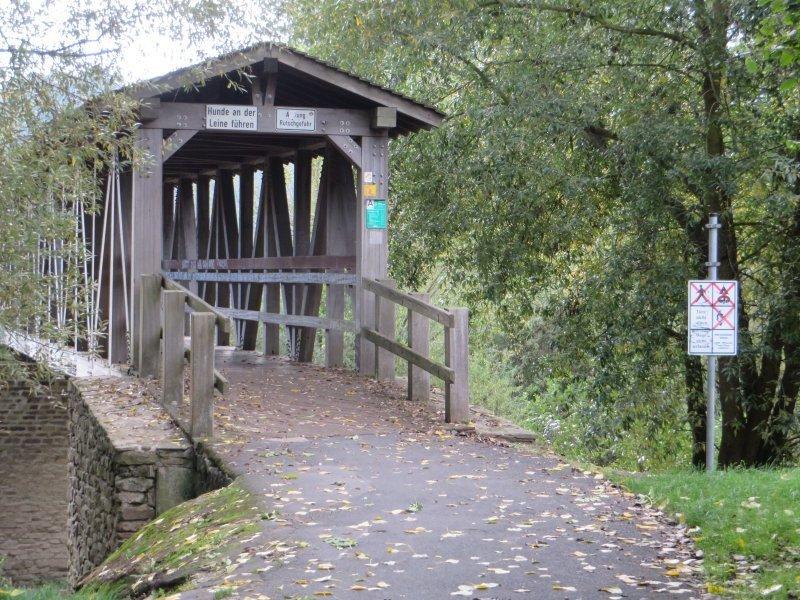 Die überdachte Holzbrücke führt den Wanderer über die Ahrmündung bei Kripp.
