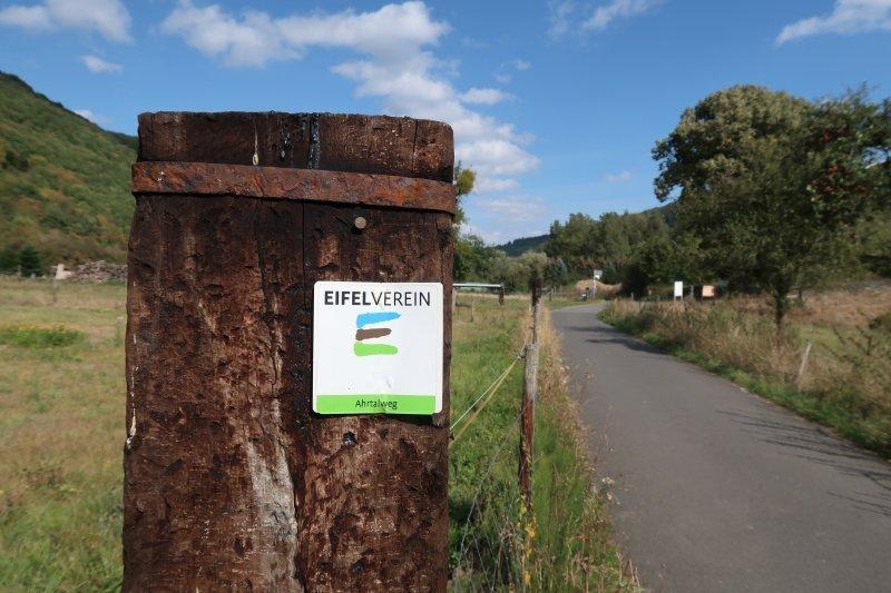 Ahrtalweg, Pfosten, Weide, Eifelverein-Markierung, blauer Himmel,