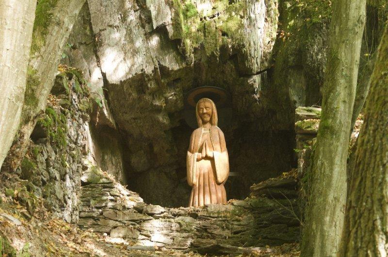 Felsnische, Grotte, Heiligenfigur der heiligen Barbara