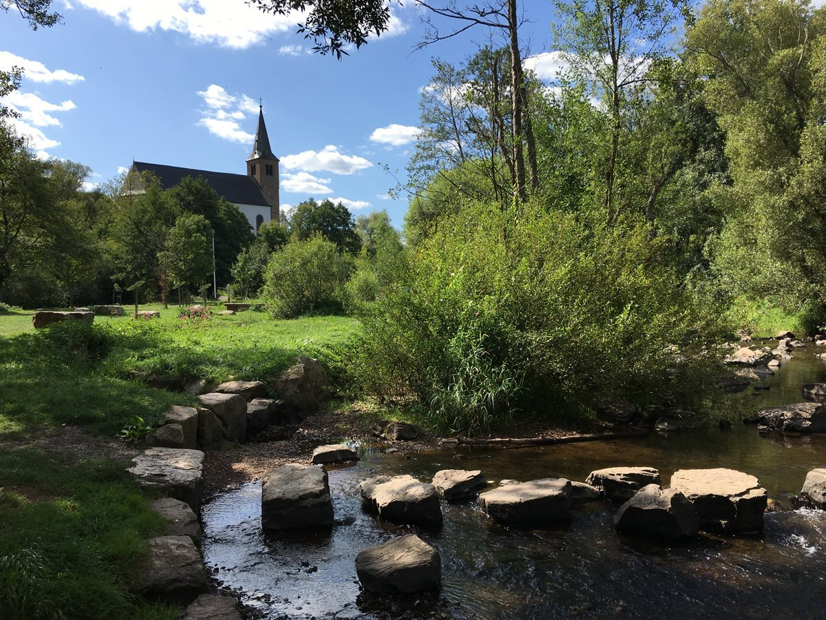 Eine Kirche am anderen Ufer